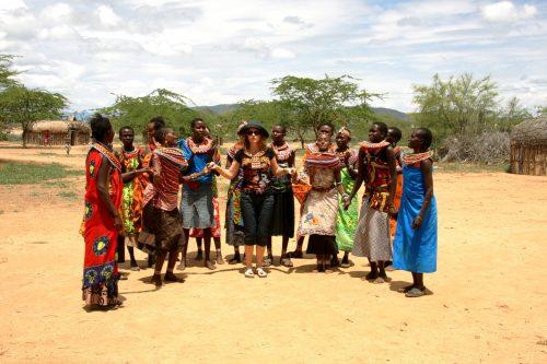 Kenya, Samburu Kabilesi'nden ayrılan, eşlerinden şiddet görmüş kadınların kurduğu Umoja Kadınlar Köyü'nde kadın kadına eğlenirken...