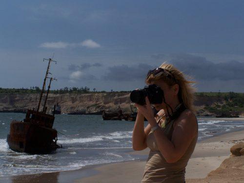Angola'nın başkenti Luanda'nın güneyindeki Santiago sahillerine vuran boynu bükük şilepler...